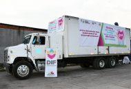 La directora general del Sistema DIF Michoacán, Rocío Beamonte, acompañada de la coordinadora de Atención Ciudadana, Elena Vega Uribe realizó el banderazo de salida del vehículo que transporta diversos artículos
