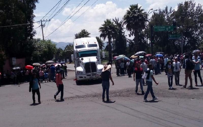 Fue pasadas las 13:00 horas cuando los normalistas se reunieron en el periférico previo consenso a las afueras de la SEE para colocarse a lo largo de la vialidad y en ambos sentidos, bloquear el paso de los vehículos