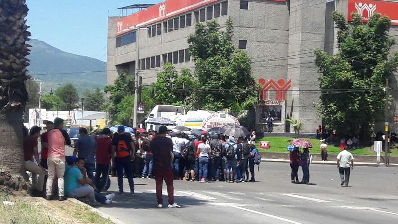 Ante la cerrazón de los manifestantes a dialogar con las autoridades de la SEE, elementos de la SSP debieron desviar el tránsito vehicular, provocando congestionamiento en varias calles a la redonda