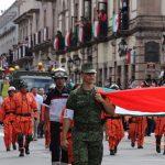 Otra de las características especiales de este desfile cívico militar en honor al Siervo de la Nación fue el portar un moño negro cada participante del desfile y enviar el mensaje de unidad nacional