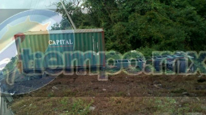 Derivado del accidente resultó lesionado el conductor de la unidad de transporte identificado con el nombre de Heriberto P., quien conducía el tracto camión