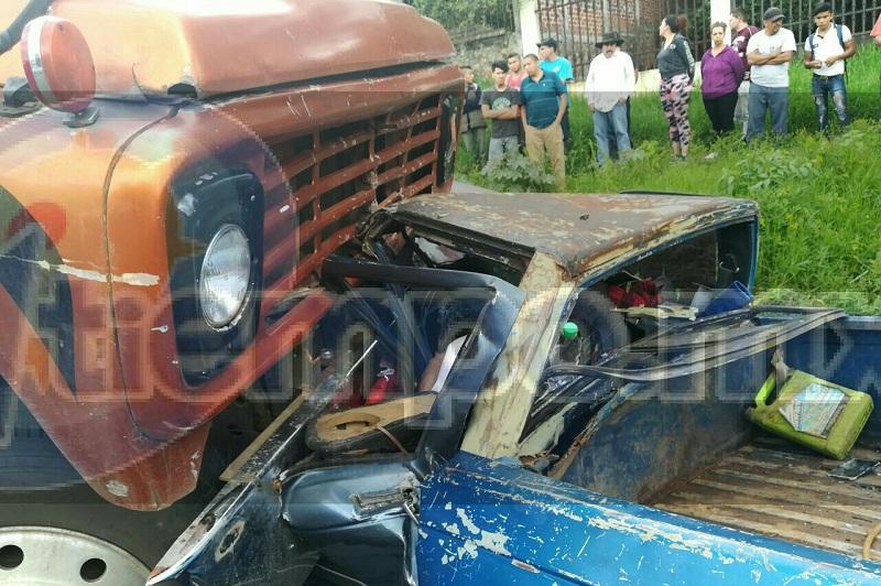 La tarde de este miércoles un hombre perdió la vida trágicamente al impactar su camioneta contra un camión torton, quedando prensado en el interior de la unidad