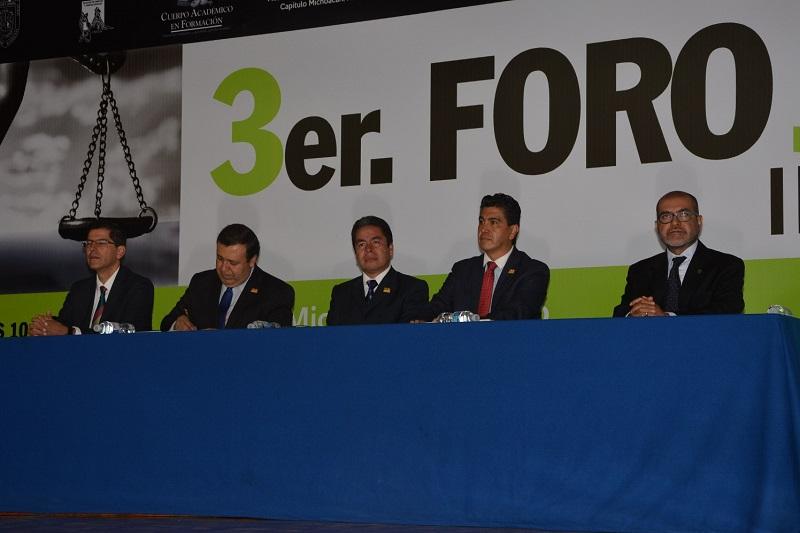 El director de la Facultad de Derecho, Héctor Chávez, acompañado de los coordinadores del Foro, Jorge Álvarez Banderas y Mario Alberto García, consideró que como Facultad es importante contar con este tipo de eventos