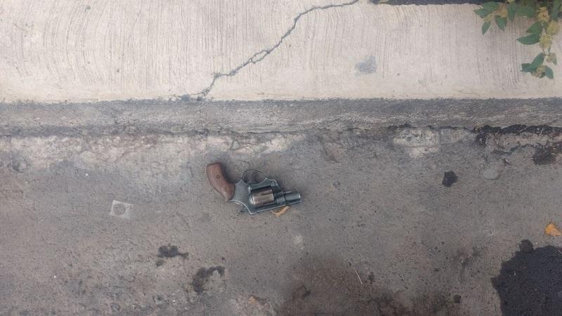 Una llamada al número de emergencias alerto a las unidades de la policiaca luego de que sujetos a bordo de un vehículo Seat Ibiza, con placas del estado de México, realizará detonaciones de arma de fuego por la calle Manuela Medina