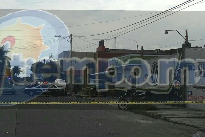 Elementos de la Unidad Especializada en la Escena del Crimen realizaron el levantamiento del cuerpo y lo trasladaron al Servicio Médico Forense, siendo identificado por familiares como Raúl R., de 47 años de edad