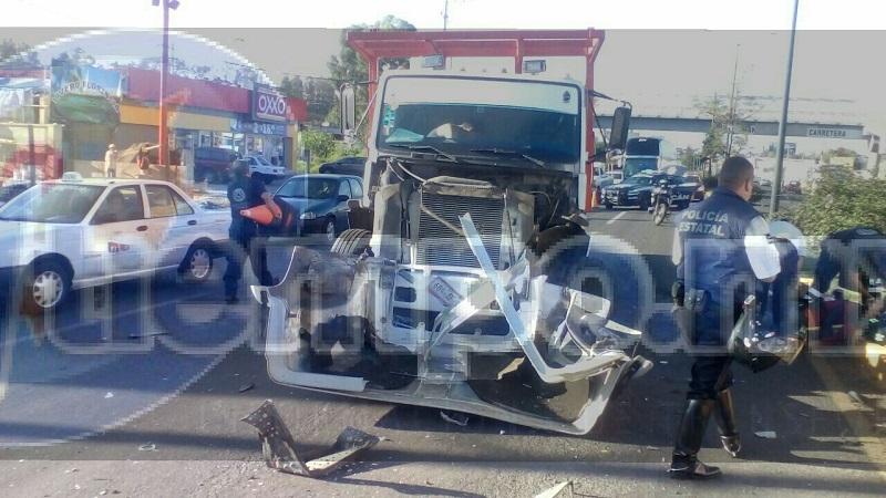 En cuestión de minutos arribaron unidades de la Policía Michoacán, así como paramédicos de Protección Civil Tarímbaro, los cuales le brindaron las primeras atenciones al conductor de la camioneta identificado como Francisco R., de 29 años de edad, que fue trasladado al Hospital Civil para recibir atención médica