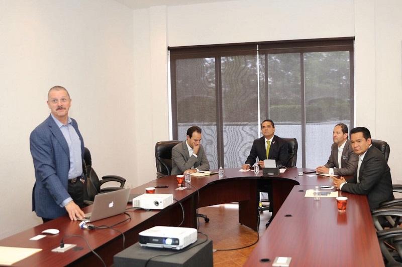 Acompañado del secretario de Desarrollo Económico, Jesús Melgoza, el mandatario estatal dio a conocer a los hombres de negocio, las ventajas productivas y competitivas que ofrece Michoacán y que lo convierten en un importante atractivo para las inversiones