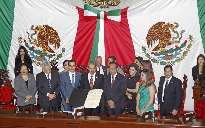 En sesión solemne, el diputado Wilfrido Lázaro afirmó que declarar a la Universidad Michoacana como Benemérita y Centenaria es reconocer con justicia los extraordinarios valores que esta institución porta desde sus orígenes