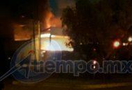 Personal de bomberos trabajó desde varios puntos para controlar el siniestro, mientras personal de la Policía Michoacán, apoyado por el Ejército Mexicano, cerraban vialidade y resguardaban el lugar