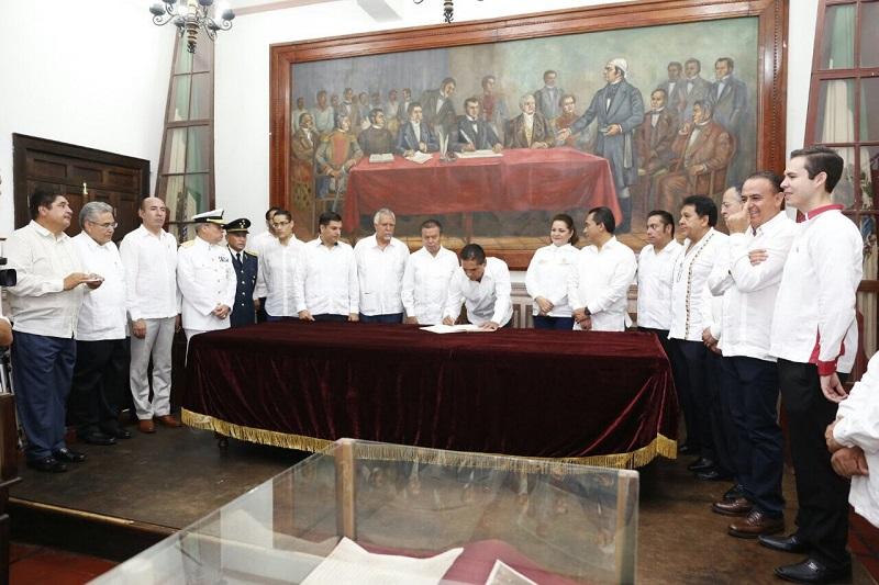 En el marco de los festejos por el 203 aniversario de la Promulgación de la Constitución de Apatzingán, el mandatario estatal también visitó el Museo - Casa de la Constitución de 1814, donde firmó el libro de visitantes distinguidos