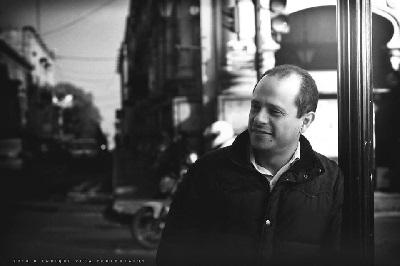 El autor, Christián Gutiérrez Alonso, es licenciado en Derecho, con estudios de maestría en Ciencia Política y en Neuromarketing, y con estudios de doctorado en Políticas Públicas. Actualmente cursa Diplomado en Marketing Político.