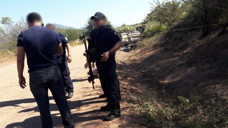 Al inspeccionar el sitio, fueron localizados cuatro cargadores, 128 cartuchos, dos armas largas, una tipo AK-47 y la otra AR-15, así como un vehículo marca Chevrolet, Silverado