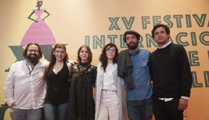 La cinta de Natalia Beristáin brilla por el colorido y la luminosidad de sus escenas, por el gran trabajo de vestuario y diseño de arte, por sus actores… pero encuentro cierta dificultad para establecer un diálogo con su película