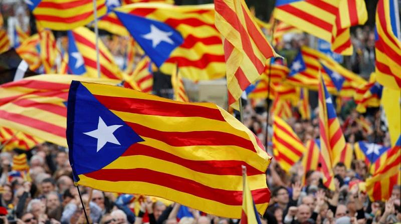 """El alto tribunal español declaró suspendida de forma cautelar la declaración de independencia, con la que el ex presidente Carles Puigdemont y sus aliados en el bloque independentista pretendían fundar la nueva República catalana y que entrase en vigor la llamada """"ley de transitoriedad"""" o de """"desconexión"""""""
