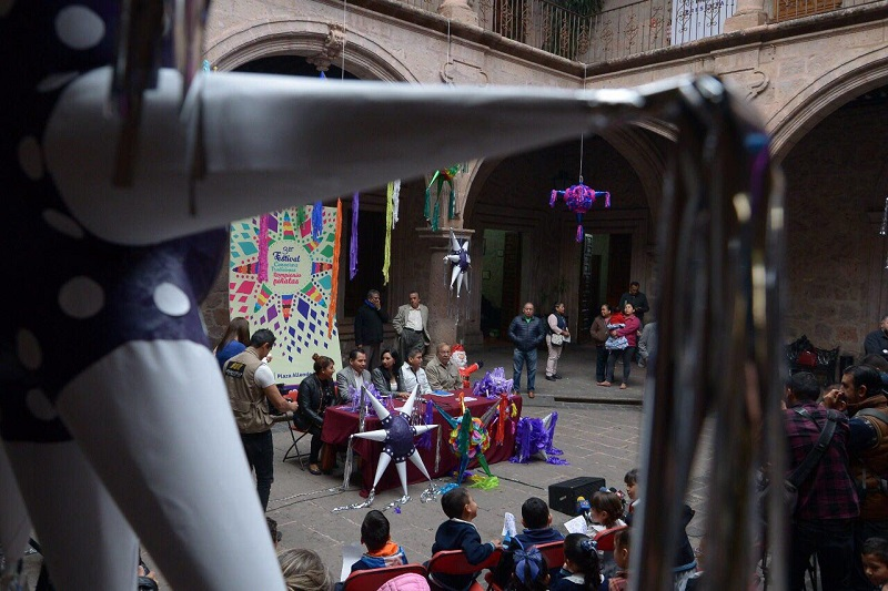 """""""La intención de este festival es promover el mercado local e invitar a las niñas y a los niños a conservar las tradiciones, queremos crear esa semilla en ellos de conservar las tradiciones mexicanas como lo es la piñata"""", acotó Gil Vázquez"""