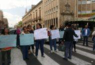 Se trató de unos 20 empleados sindicalizados de la UMSNH que ahora sólo por espacio de unas dos horas bloquearon la vialidad desde su cruce con Abasolo hasta el cruce con Galeana, frente al Colegio de San Nicolás