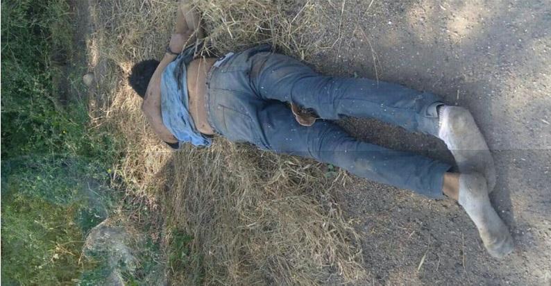 Al lugar arribaron unidades de la Policía Federal y Policía Michoacán, los cuales confirmaron que se trataba de una persona del sexo masculino que vestía pantalón de mezclilla azul, playera azul y calcetas blancas, el cual presentaba heridas por impactos de arma de fuego
