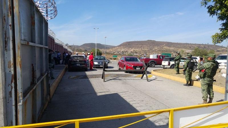 Al respecto, señalaron que actualmente se le obliga a surtir el hidrocarburo en Lázaro Cárdenas, lo que les obliga a contratar choferes foráneos y les genera mayores gastos y costos