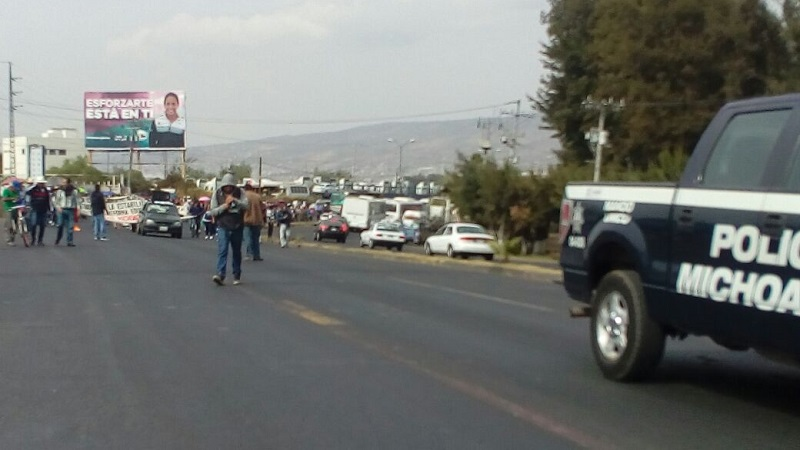 Mientras la CNTE marchaba, un grupo de normalistas cerró también por algunos minutos el cruce del Libramiento Sur con la Avenida Siervo de la Nación