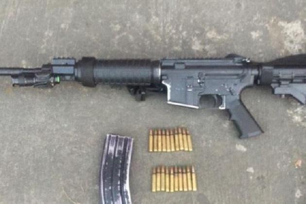 A la altura de la localidad de Charapendo, personal policial logró dar alcance al vehículo, por lo que procedió a marcarle el alto al conductor; al realizar una inspección, localizó un arma de fuego tipo AR-15
