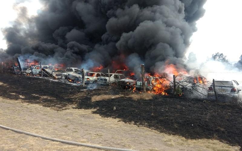 Elementos informaron que la posible causa fue un incendio de pastizal, el cual se salió de control y alcanzó los vehículos del corralón