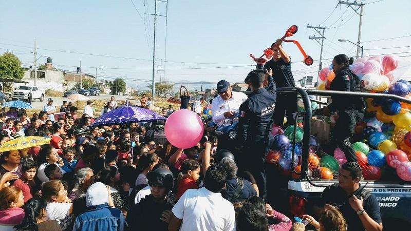 Con la donación voluntaria de 10 mil juguetes los policías estatales y el subsecretario de Seguridad Pública Carlos Gómez Arrieta refrendan su compromiso con los michoacanos