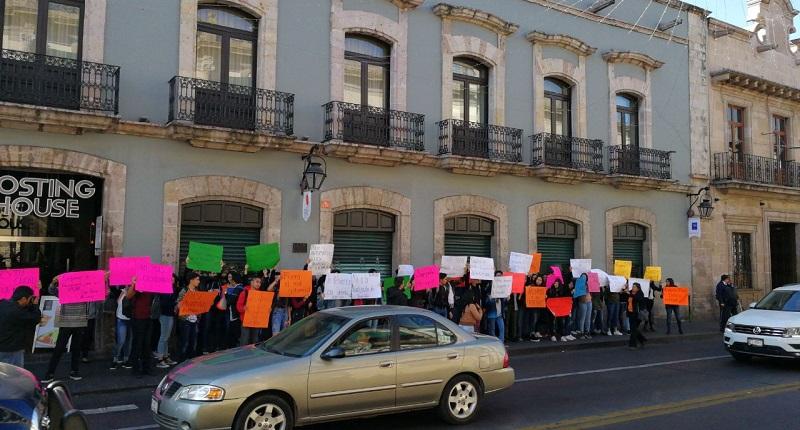 Los manifestantes portaban pancartas de colores con sus demandas