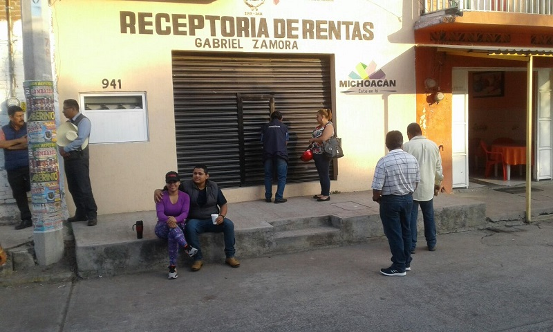 Los integrantes del ala radical del magisterio michoacano exigen el pago de bonos pendientes y protestan por el descuento del ISR que por primera vez se les hizo a los maestros estatales en sus aguinaldos