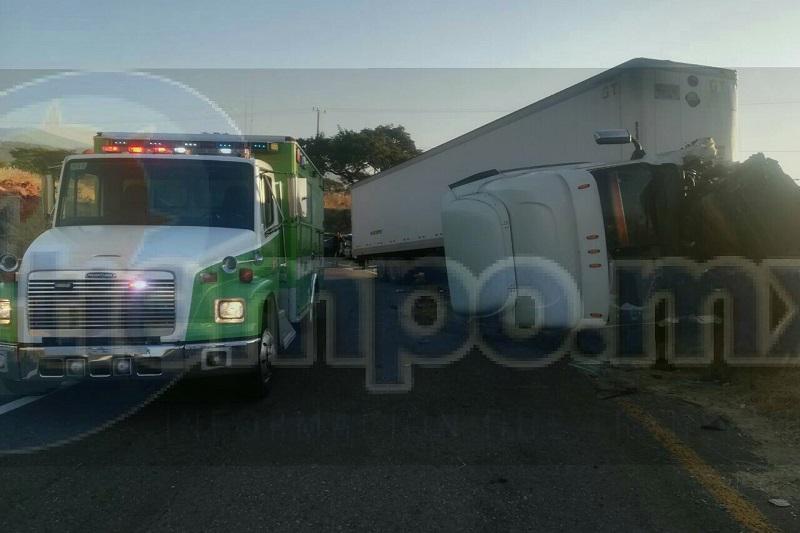 La persona fue identificada como Daniel C., de 33 años de edad, por lo que autoridades federales se hicieron cargo del peritaje y retirar el tracto camión a un corralón, quedando liberada la vialidad