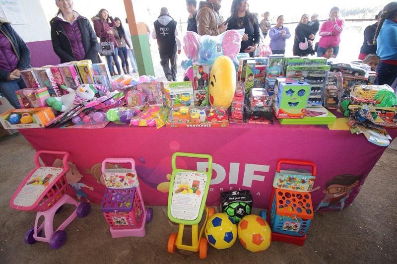 Paola Delgadillo reconoció el empeño que pone el personal del DIF Morelia por llevar miles de sonrisas a los niños capitalinos, a través de la entrega de los juguetes a las colonias y comunidades de escasos recursos