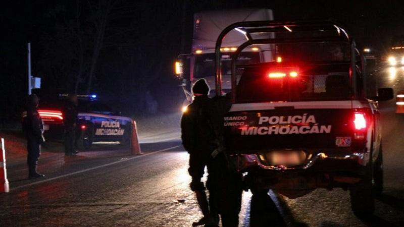 Con la instalación de filtros de revisión, elementos de la Policía Michoacán buscan inhibir cualquier acto delictivo, inspeccionando antecedentes de personas y vehículos
