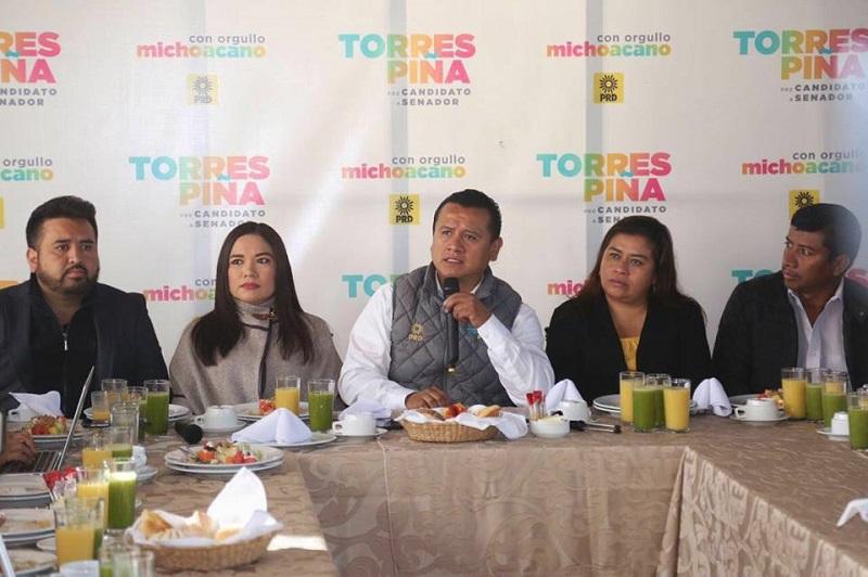 """""""Nuestra propuesta es clara, queremos a alguien que defienda a las y los michoacanos, queremos servidores públicos honrados y no políticos que nos avergüencen, en esto hay coincidencia con el pueblo"""", refirió Torres Piña"""