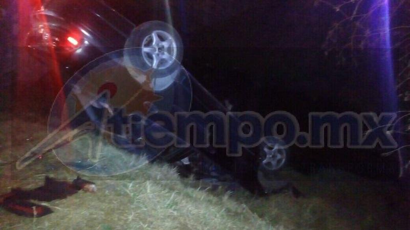 En el interior quedaron dos de sus ocupantes mientras que un tercero alcanzó a salir del vehículo y pidió apoyo a los automovilistas que circulaban por el lugar