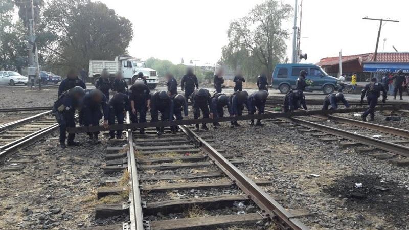 Luego de que se les pidiera a los manifestantes retirarse de manera pacífica, personal policial liberó las vías férreas; en esta acción, seis hombres y cuatro mujeres fueron requeridos