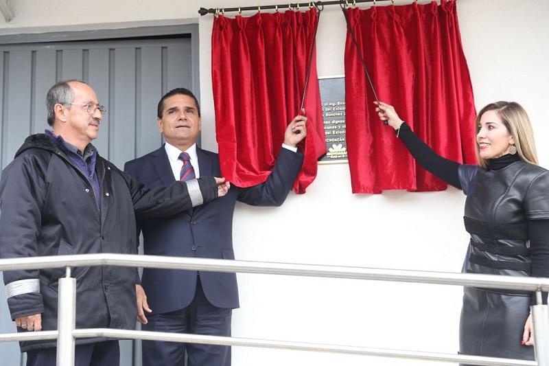 Ante el personal que labora en el IVEM, el mandatario estatal felicitó a la directora de este Instituto, María Yesmin Sánchez Huerta, por el compromiso para recuperar el edificio propiedad del IVEM