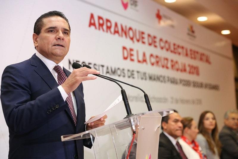 En el marco de arranque, se realizó la entrega simbólica de material para la colecta a la presidenta de la Cruz Roja en Michoacán, quien realizará su distribución oportuna