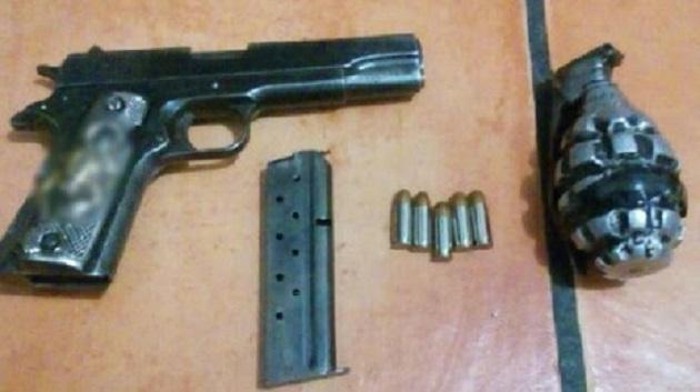 Los uniformados procedieron a la detención de José Antonio D., quien junto al arma, la granada y el vehículo -el cual contaba con reporte de robo- será puesto a disposición de la autoridad competente