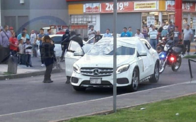 El hecho ocurrió aproximadamente a las 20:00 horas sobre la calle Lirio con dirección de norte a sur circulaba una camioneta marca Mercedes Benz, de color blanco, con placas de este Estado