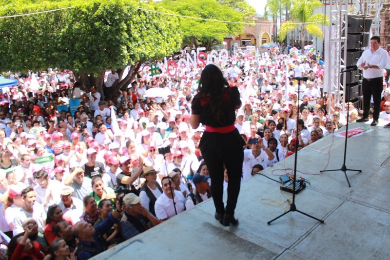 Ante centenares de simpatizantes que atiborrraron la plaza principal de la ciudad, la abanderada priista se declaró lista para ganar la elección al senado, junto a su compañero de fórmula Toño Ixtláhuac