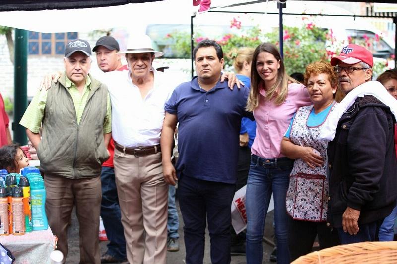 Daniela de los Santos escuchó sobre las necesidades de los comerciantes para mejorar, siendo la mayor carencia lonas especiales para temporada de lluvias, así como señalamientos para la división de sus puestos