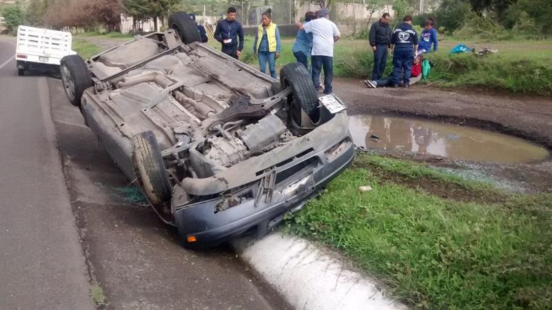 El vehículo quedó con las llantas hacia arriba en el acotamiento, quedando las 4 pasajeras lesionadas y en cuestión de minutos arribaron paramédicos de Protección Civil de Tarímbaro, los cuales les brindaron las primeras atenciones