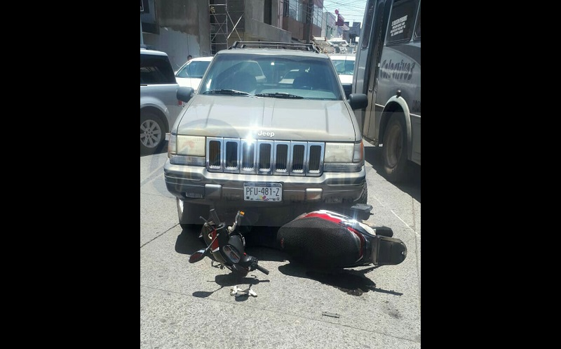 El accidente ocurrió cuando la joven mujer circulaba a bordo de una motoneta marca Italika, de color rojo con gris