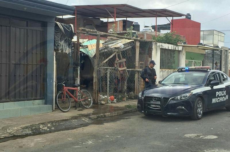 El hecho se registró cuando dos personas ingresaron al domicilio sobre la calle Pirekua y sin mediar palabra dispararon contra un hombre en repetidas ocasiones, quedando gravemente herido en el piso