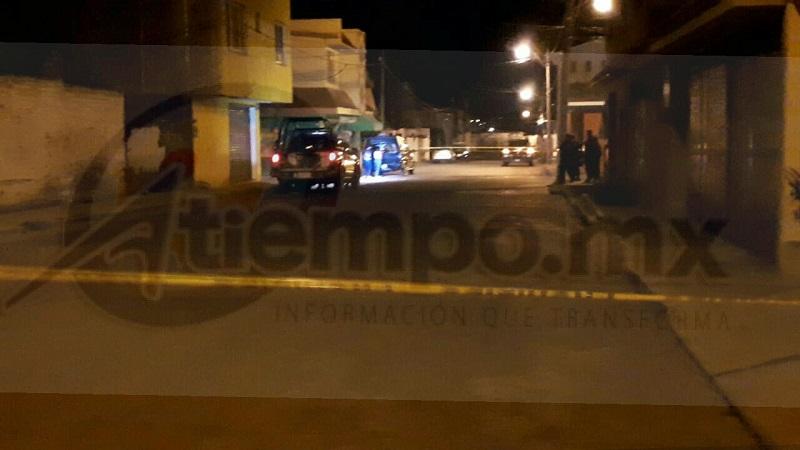 El macabro hallazgo se realizó minutos antes de las 02:00 horas de este sábado cuando alertaron a las autoridades que sobre la calle Ignacio López Rayón y Álvaro Obregón muy cerca de la Central de Autobuses se encontraba una maleta recargada en un poste con una cartulina