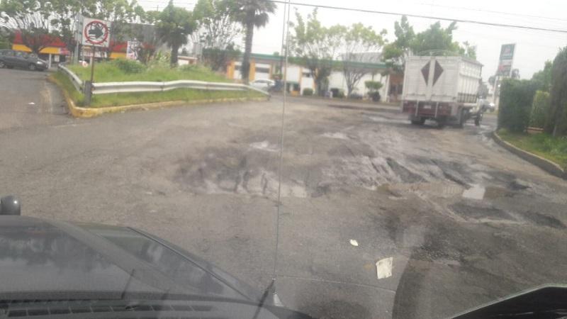"""Baches """"en forma de alberca"""" sobre Libramiento Sur y Calzada la Huerta, a punto de provocar tragedia"""