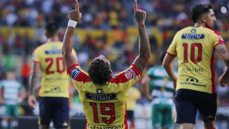 Sandoval anotó el primero para Monarcas a los 51 minutos cuando remató con la cabeza dentro del área un centro enviado por Carlos Fierro desde el sector derecho