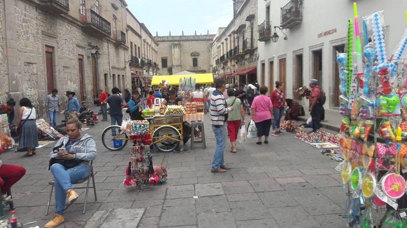 José Leonel Alarcón, Director de Mercados informó, que en las fechas del periodo vacacional se percataron que arribaron a Morelia alrededor de 80 personas provenientes del Estado de México, Querétaro, Oaxaca y Guerrero, los cuales se dedican a la venta de artesanías lo cual vulnera el bando municipal
