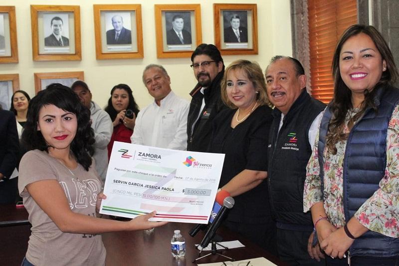 El presidente municipal de Zamora, Carlos Lugo, agradeció al Gobernador Silvano Aureoles Conejo, los apoyos y acciones emprendidos a lo largo de estos tres años a favor de las michoacanas