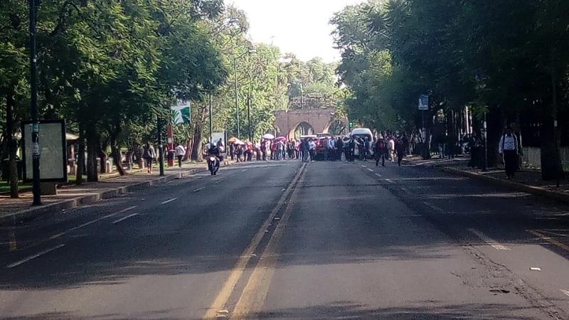 La manifestación fue vigilada por elementos de la Dirección de Tránsito y Movilidad de la Policía Michoacán, quienes desviaron el tránsito vehicular en la zona