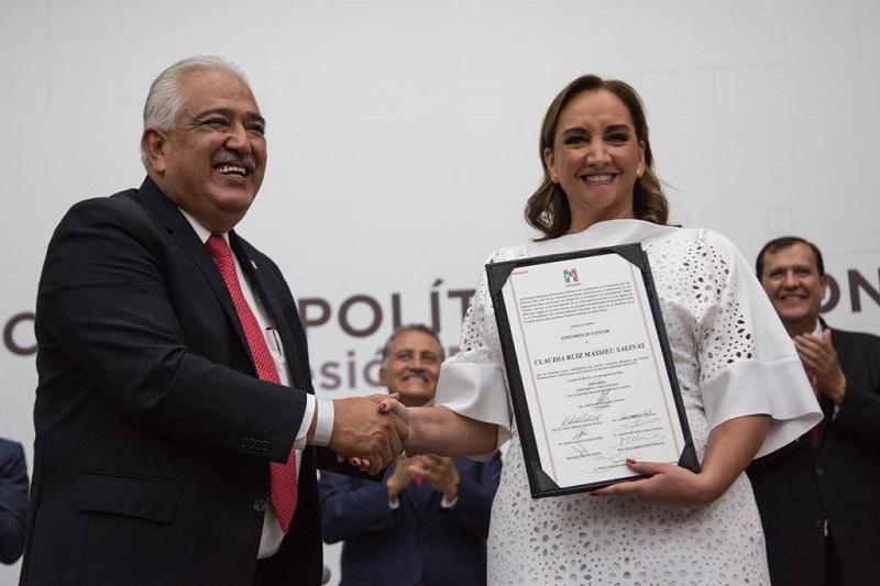 """""""Nos olvidamos de nuestros orígenes"""" y """"dejamos que los cínicos y abusivos mancharan la imagen y lastimaran la reputación de millones de hombres y mujeres priistas"""", argumentó Claudia Ruiz"""